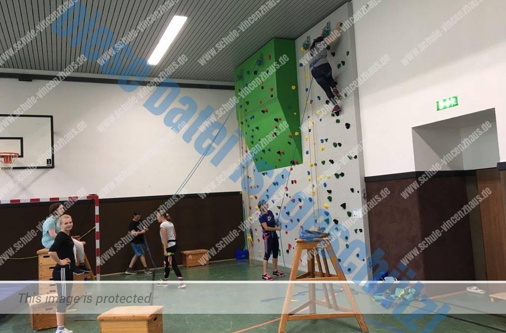 Schüler erobern die neue Kletterwand